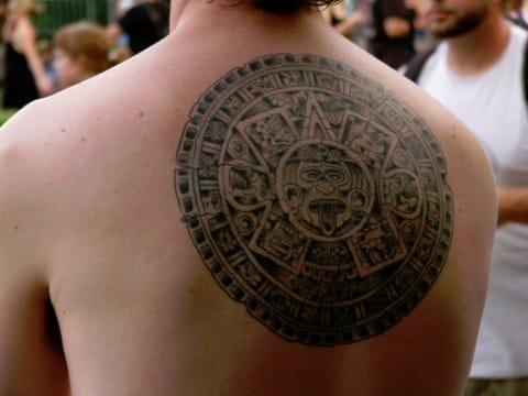 tatuajes aztecas para hombres en espalda