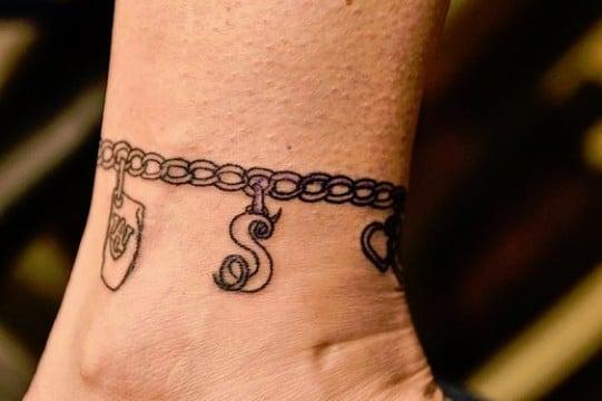tatuajes de cadenas en el brazo y muñeca