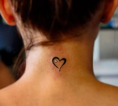 tatuajes pequeños en el cuello de corazones