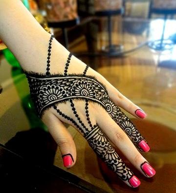 tatuajes poco comunes para mujeres en la mano