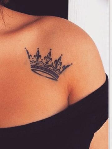 imagenes de coronas para tatuar en el hombro