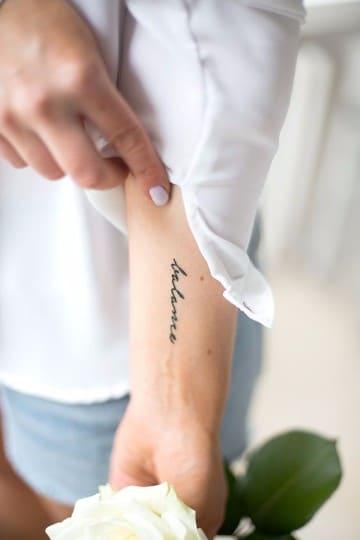 tatuajes con nombres en el brazo para mujer