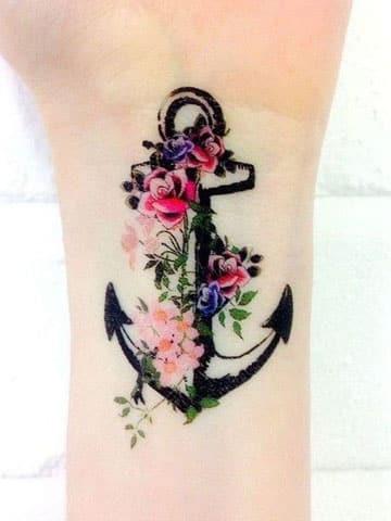 tatuajes de anclas para mujer en la muñeca