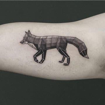 tatuajes de animales geometricos en el brazo