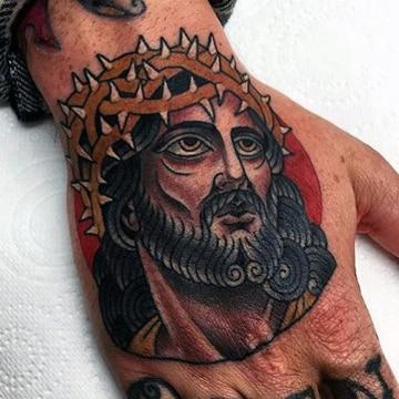 tatuajes de cristo en la mano con corona