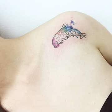 tatuajes de delfines para mujeres hombro