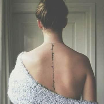 tatuajes de frases en la espalda vertical