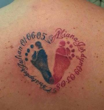 tatuajes de huellas de bebe en la espalda