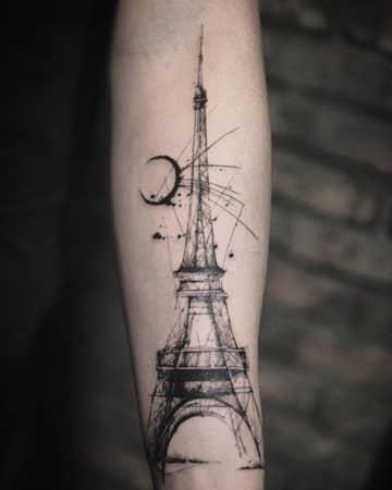 tatuajes de la torre eiffel en el brazo