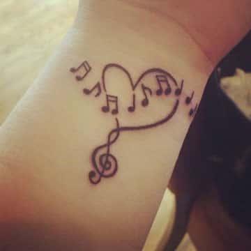 tatuajes de letras musicales en la muñeca