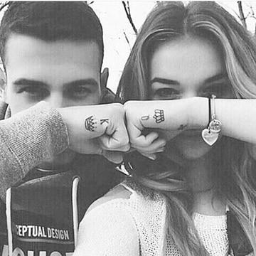 tatuajes de rey y reina en las manos