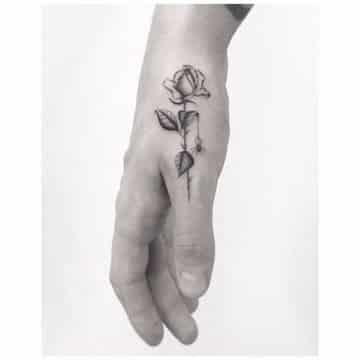tatuajes de rosas en la mano pequeño