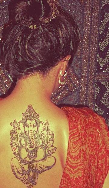 tatuajes hindues para mujer en la espalda