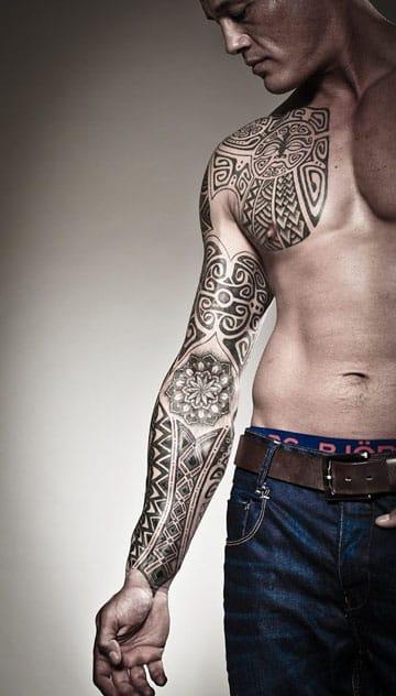 tatuajes maories en el brazo derecho