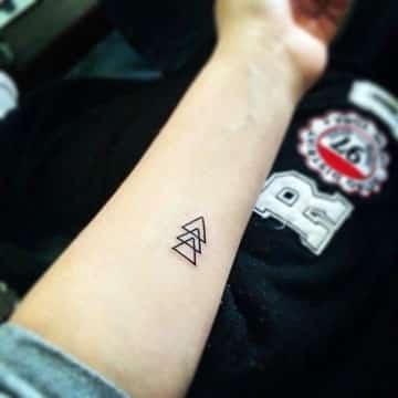 tatuajes minimalistas para hombres en el brazo