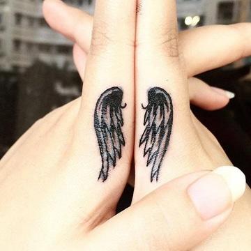 tatuajes para parejas en los dedos alas