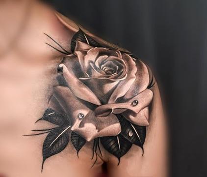diseños de rosas para tatuar en hombro