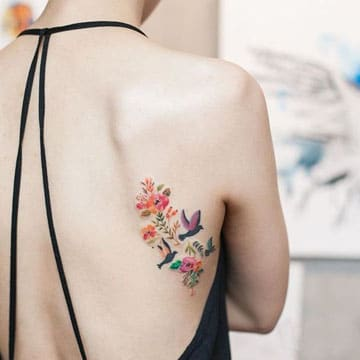significado de flores en tatuajes en la espalda