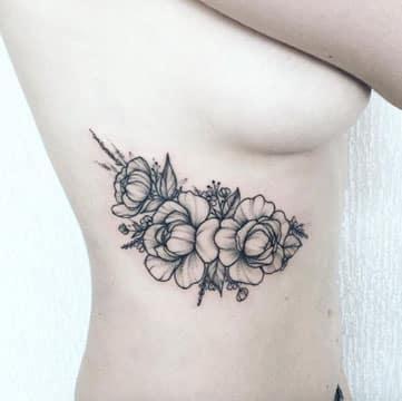 tatuajes al costado de los senos flores