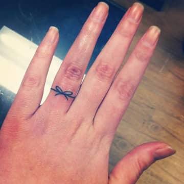 tatuajes de anillos en los dedos compromiso