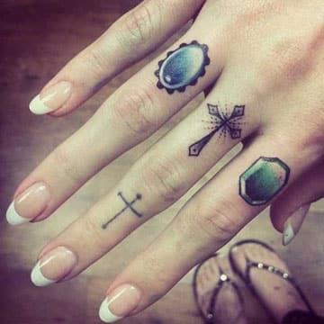 tatuajes de anillos en los dedos tipo joya