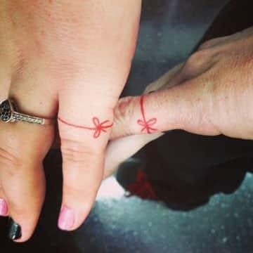 tatuajes de anillos para parejas hilo