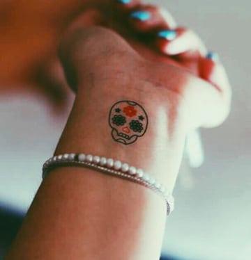 tatuajes de calaveras pequeñas con color