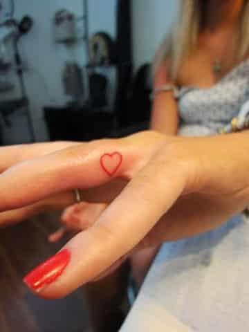 tatuajes de corazones en los dedos imagenes