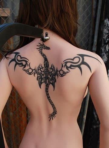 tatuajes de dragones tribales en la espalda