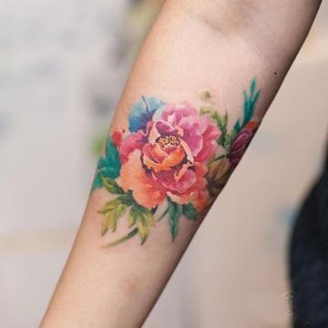 tatuajes de flores a color brazo
