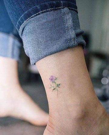 tatuajes de flores en acuarela en el tobillo