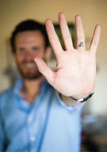 tatuajes de letras en los dedos inicial