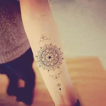 tatuajes de mandalas en el brazo temporal