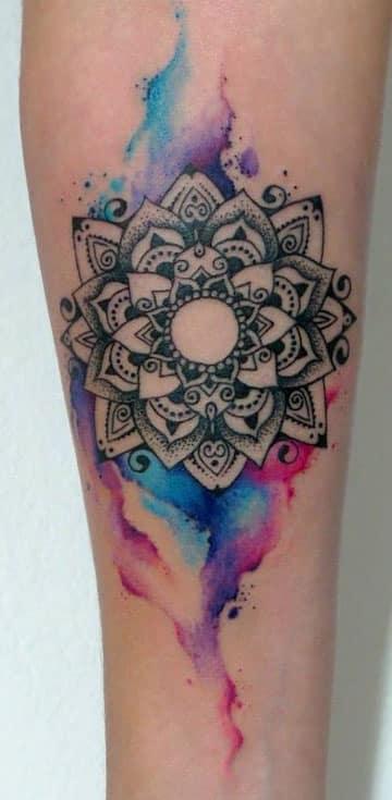 tatuajes de mandalas para mujeres acuarela