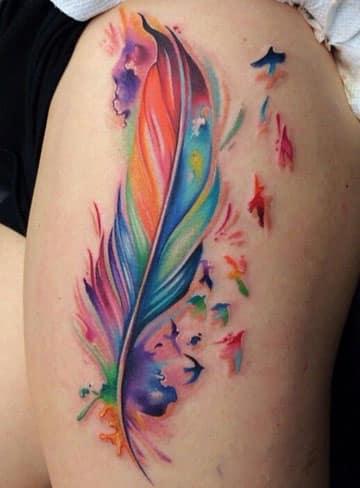 tatuajes de plumas con aves colores