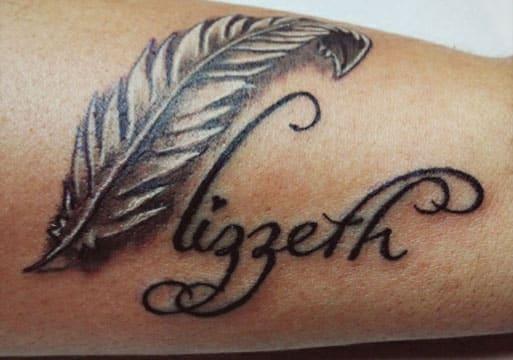 tatuajes de plumas con nombres en negro