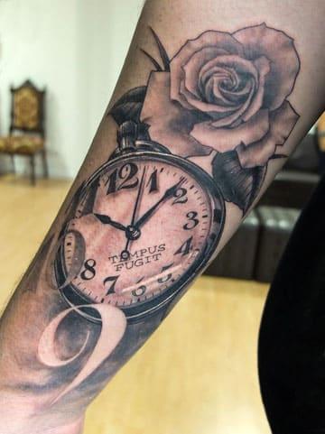 tatuajes de reloj para mujeres en el brazo