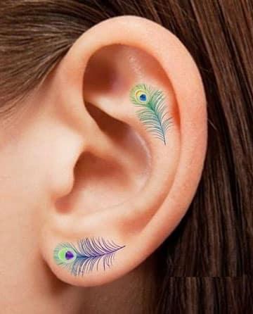 tatuajes en la oreja para mujeres plumas