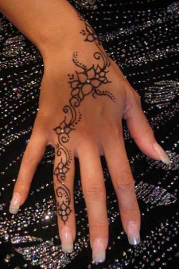 tatuajes para manos de mujer flor