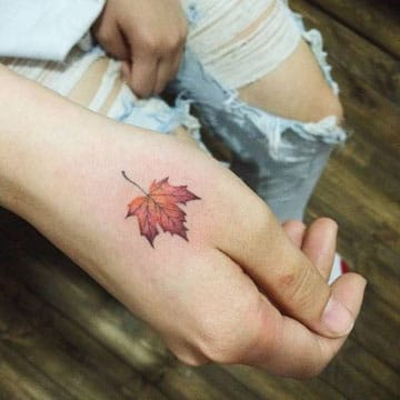 tatuajes para manos de mujer hoja