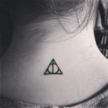 tatuajes pequeños de simbolos en el cuello