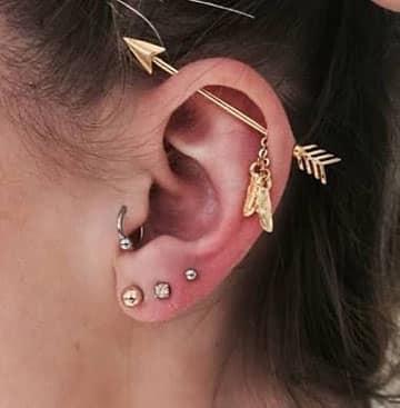 tipos de piercing en la oreja flecha