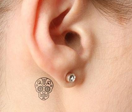 tatuajes atras de la oreja pequeño