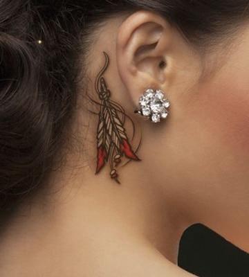 tatuajes atras de la oreja plumas