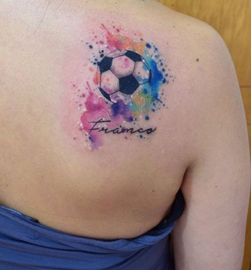 tatuajes de balones de futbol en espalda