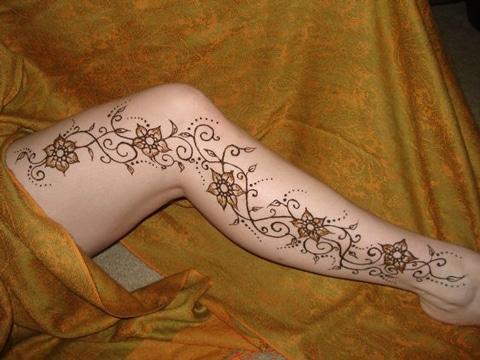 tatuajes de enredaderas en la pierna con flor