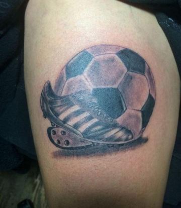 tatuajes de futbol en la pierna con guayo