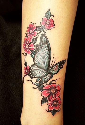 tatuajes de mariposas en la pierna con flores