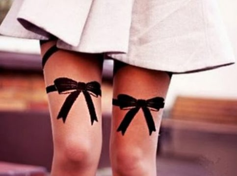 tatuajes de moños en las piernas de