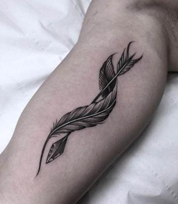 tatuajes de plumas indias con flecha